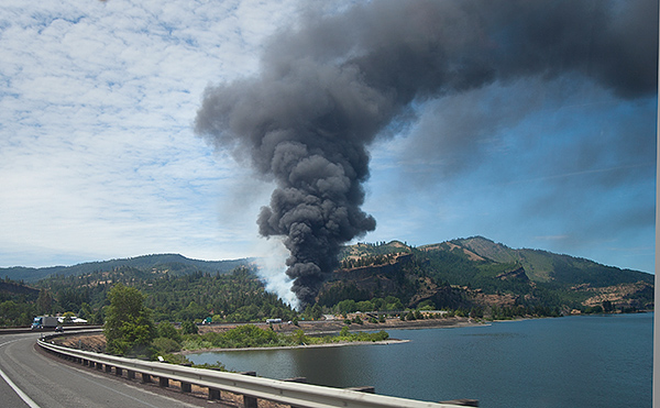Oil train derails and tanker cars on fire in Mosier, OR 6-4-16